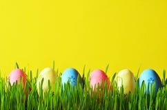 Ovos da páscoa pintados em uma grama verde em um prado Fotografia de Stock