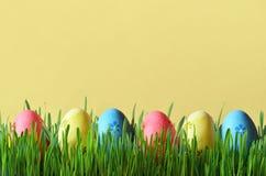 Ovos da páscoa pintados em uma grama verde em um prado Fotos de Stock