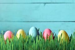 Ovos da páscoa pintados em uma grama verde em um prado Imagens de Stock Royalty Free