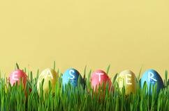 Ovos da páscoa pintados em uma grama verde em um prado Foto de Stock