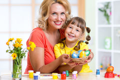 Ovos da páscoa pintados exibição da mãe e da criança Imagens de Stock