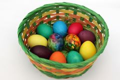 Ovos da páscoa Ovos pintados feitos a mão na cesta para a celebração da Páscoa isolada no fundo branco Páscoa Ovos de easter colo Fotos de Stock