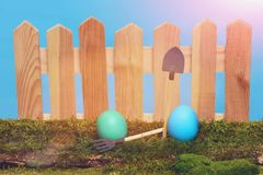 Ovos da páscoa pintados na cerca de madeira no musgo verde Fotografia de Stock