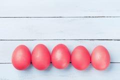 Ovos da páscoa pintados na opinião superior do fundo rústico de madeira imagens de stock royalty free