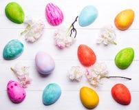 Ovos da páscoa pintados nas cores Imagens de Stock