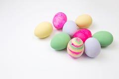 Ovos da páscoa pintados nas cores pastel em um branco Fotos de Stock
