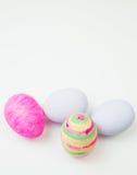 Ovos da páscoa pintados nas cores pastel em um branco Fotografia de Stock
