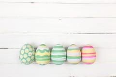 Ovos da páscoa pintados nas cores pastel em um branco Foto de Stock Royalty Free