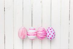 Ovos da páscoa pintados nas cores pastel em um branco Fotografia de Stock Royalty Free