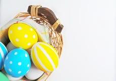 Ovos da páscoa pintados nas cores pastel em um fundo branco Fotos de Stock Royalty Free