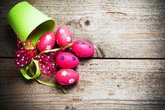 Ovos da páscoa pintados no fundo de madeira. Fotografia de Stock