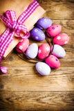 Ovos da páscoa pintados no fundo de madeira. foto de stock