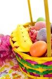 Ovos da páscoa, pintainhos, doces e cesta coloridos Imagem de Stock Royalty Free