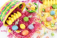Ovos da páscoa, pintainhos, doces e cesta coloridos Fotos de Stock Royalty Free