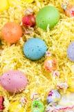 Ovos da páscoa, pintainhos e doces coloridos Fotos de Stock