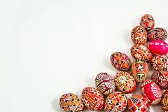 Ovos da páscoa populares no fundo branco Imagem de Stock