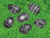 9. ovos da páscoa pretos decorados na cama da grama Foto de Stock