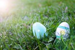 Ovos da páscoa que escondem na grama, horizontal Foto de Stock