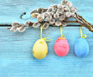 Ovos da páscoa que penduram em fitas e em bichano-salgueiro Imagens de Stock