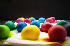 Ovos da páscoa recentemente coloridos no guardanapo de papel foto de stock