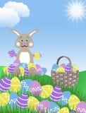 Ovos da páscoa roxos cor-de-rosa, coelho e cesta amarelos e azuis com os montes ilustração do fundo do céu azul da grama verde e  Imagens de Stock Royalty Free