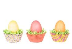 Ovos da páscoa tingidos em um ninho da grama verde Imagens de Stock