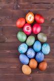 Ovos da páscoa tingidos naturais no fundo de madeira Foto de Stock Royalty Free