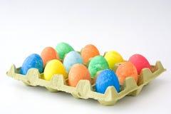 Ovos da páscoa tradicionais em um cartão no fundo branco Fotografia de Stock Royalty Free