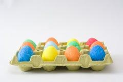 Ovos da páscoa tradicionais em uma caixa no fundo branco Fotografia de Stock