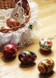 Ovos da páscoa tradicionais na cesta e colocação no fundo de madeira Fotos de Stock