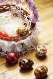 Ovos da páscoa tradicionais na cesta e colocação no fundo de madeira Imagem de Stock Royalty Free