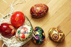 Ovos da páscoa tradicionais no fundo de madeira Fotografia de Stock