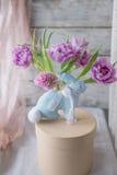 Ovos da páscoa, tulipas e coelho Imagem de Stock