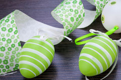 Ovos da páscoa verdes coloridos na palha Imagem de Stock