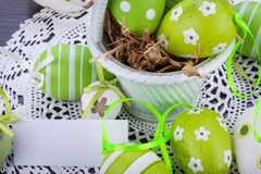 Ovos da páscoa verdes coloridos na palha Fotografia de Stock