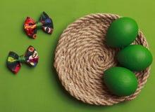 Ovos da páscoa verdes com curva colorida Fundo verde de easter Imagem de Stock Royalty Free