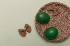 Ovos da páscoa verdes com curva colorida Fundo verde de easter Co Fotografia de Stock