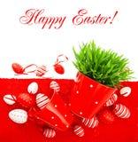 Ovos da páscoa vermelhos com grama verde sobre a tampa de tabela Imagem de Stock