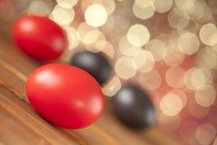 Ovos da páscoa vermelhos e marrons Fotografia de Stock Royalty Free