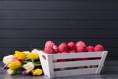 Ovos da páscoa vermelhos em um recipiente de madeira Imagens de Stock Royalty Free