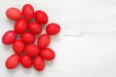 Ovos da páscoa vermelhos na madeira imagens de stock