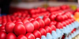 Ovos da páscoa vermelhos para a venda em um mercado ao ar livre Fotografia de Stock Royalty Free