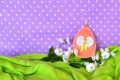 Ovos da p?scoa de feltro - of?cios feitos a m?o, costurar das crian?as imagem de stock