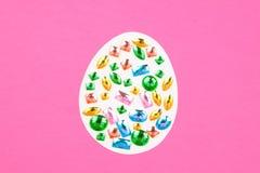 ovos da p?scoa em um fundo cor-de-rosa Lugar para o texto foto de stock