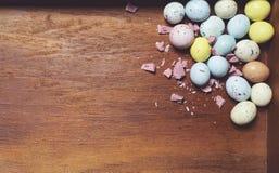 Ovos da p?scoa no fundo de madeira Telem?vel amarelo fotos de stock