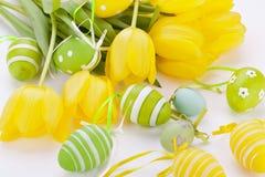 Ovos da páscoa amarelos e verdes coloridos da mola Fotos de Stock Royalty Free