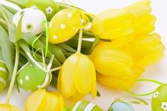 Ovos da páscoa amarelos e verdes coloridos da mola Fotografia de Stock Royalty Free