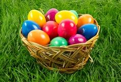 Ovos da páscoa no busket em trabalhos criativos coloridos do alimento da grama verde Foto de Stock Royalty Free