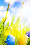 Ovos de Art Easter decorados na grama Foto de Stock