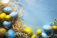 Ovos de Art Easter no fundo de madeira Fotos de Stock